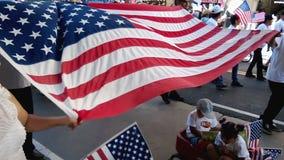 Familia que agita la bandera de la bandera americana metrajes