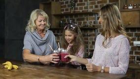 Familia que anima con los tarros de albañil del smoothie almacen de video
