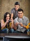 Familia que aprende jugar a los juegos video Fotografía de archivo
