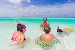Familia que bucea en el mar Fotos de archivo
