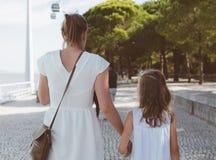 Familia que camina abajo de la calle Fotografía de archivo libre de regalías