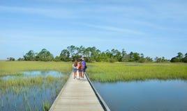 Familia que camina el vacaciones Fotos de archivo