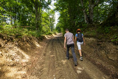 Familia que camina en el bosque Fotografía de archivo