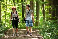 Familia que camina en el bosque Imagen de archivo