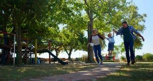 Familia que camina en el patio 4k metrajes