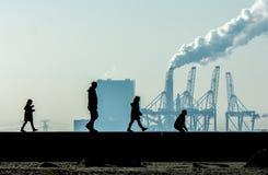 Familia que camina en la cabeza del puerto fotografía de archivo