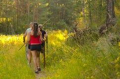 Familia que camina en la naturaleza Fotos de archivo libres de regalías