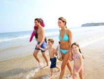 Familia que camina en la playa Imagen de archivo libre de regalías
