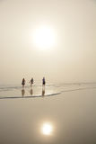 Familia que camina en la playa de niebla hermosa Fotos de archivo