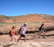 Familia que camina en las montañas el vacaciones Fotografía de archivo libre de regalías