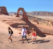 Familia que camina en las montañas el vacaciones Foto de archivo