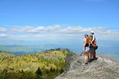 Familia que camina en montañas del otoño Foto de archivo