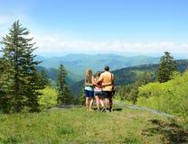 Familia que camina en montañas del verano Imagenes de archivo
