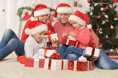 Familia que celebra Año Nuevo Foto de archivo