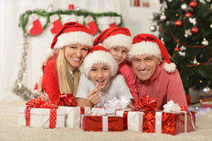 Familia que celebra Año Nuevo Fotos de archivo