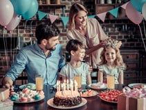 Familia que celebra cumpleaños foto de archivo