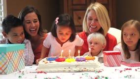 Familia que celebra cumpleaños de las hijas almacen de video
