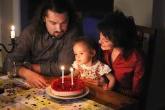 Familia que celebra el cumpleaños de la hija en segundo lugar Foto de archivo libre de regalías