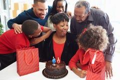 Familia que celebra el 60.o cumpleaños junto Imágenes de archivo libres de regalías