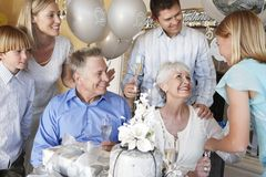 Familia que celebra el 25to aniversario Imagen de archivo libre de regalías