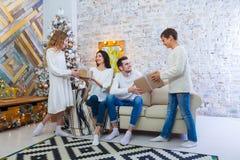 Familia que celebra en casa padre, madre y niños en el fondo del árbol de navidad Año Nuevo y Navidad Fotos de archivo