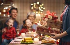 Familia que celebra la Navidad imagenes de archivo