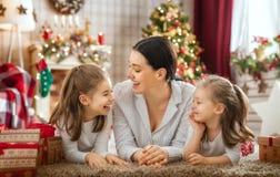 Familia que celebra la Navidad foto de archivo