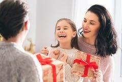 Familia que celebra la Navidad fotos de archivo