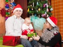 Familia que celebra la Navidad Fotos de archivo libres de regalías