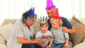 Familia que celebra un cumpleaños almacen de video