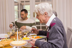 Familia que cena la Navidad junto Fotografía de archivo