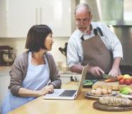 Familia que cocina concepto de la cena de la preparación de la cocina Imágenes de archivo libres de regalías