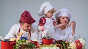 Familia que cocina concepto del fogetherness de la comida de la cocina Familia que cocina la comida en cocina junto Niño pequeño  almacen de video