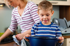 Familia que cocina en cocina imagenes de archivo