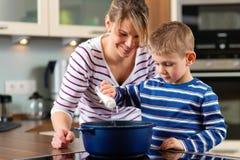 Familia que cocina en cocina foto de archivo libre de regalías