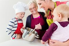 Familia que cocina en hogar multigenerational imagen de archivo libre de regalías