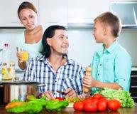 Familia que cocina en la cocina Imagen de archivo libre de regalías