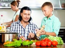 Familia que cocina en la cocina Foto de archivo