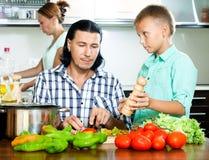 Familia que cocina en la cocina Fotografía de archivo libre de regalías