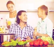 Familia que cocina en la cocina Imágenes de archivo libres de regalías