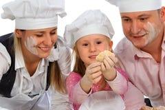 Familia que cocina junto Foto de archivo libre de regalías