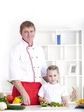 Familia que cocina junto Imagen de archivo libre de regalías