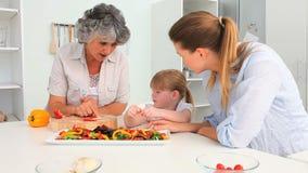 Familia que cocina junto almacen de video