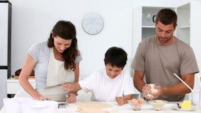 Familia que cocina junto almacen de metraje de vídeo