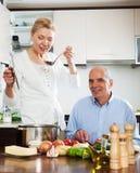 Familia que cocina la comida sana en casa Fotografía de archivo