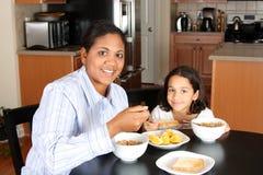 Familia que come el desayuno Imagenes de archivo