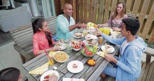 Familia que come el desayuno al aire libre metrajes
