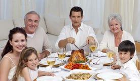 Familia que come el pavo en una comida de la celebración Imagen de archivo