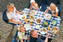 Familia que come en el jardín Imagen de archivo libre de regalías