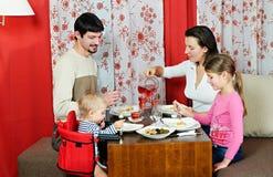Familia que come en el vector de cena Imágenes de archivo libres de regalías